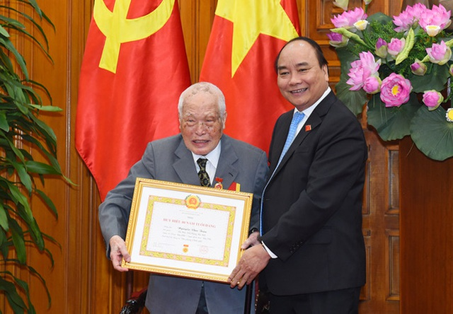 Thủ tướng Nguyễn Xuân Phúc đã trao Huy hiệu 80 năm tuổi Đảng cho ông Nguyễn Văn Trân, nguyên Bí thư Trung ương Đảng