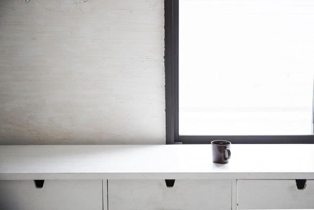 Tách cà phê trên mặt tủ.