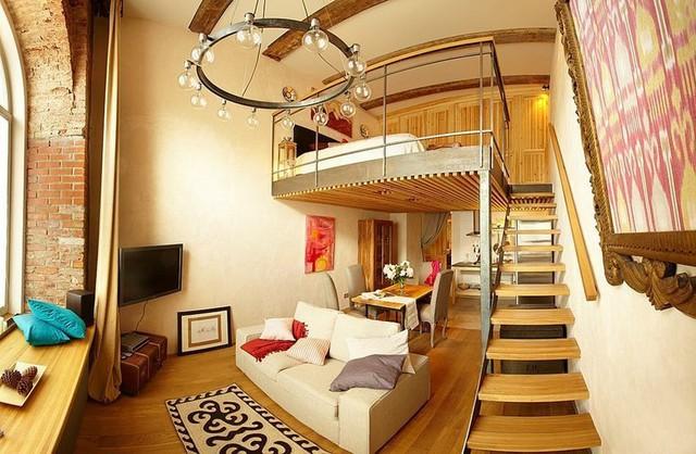 Bước vào bên trong bạn sẽ bị choáng ngợp bởi sự lộng lẫy cùng những món đồ nội thất tuyệt đẹp trong căn hộ này. Toàn bộ ngôi nhà từ màu sơn tường cho đến hầu hết các nội thất đều phủ một màu vàng óng tuyệt đẹp.