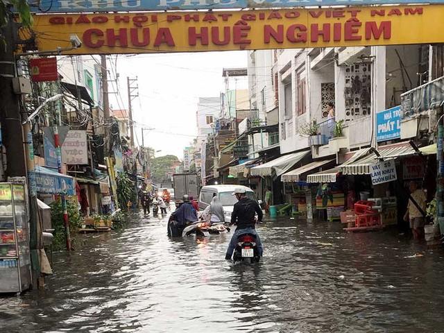 Đường nối Đỗ Năng Tế bị ngập sau khi đường Kinh Dương Vương được nâng cao. Ảnh: L.THOA
