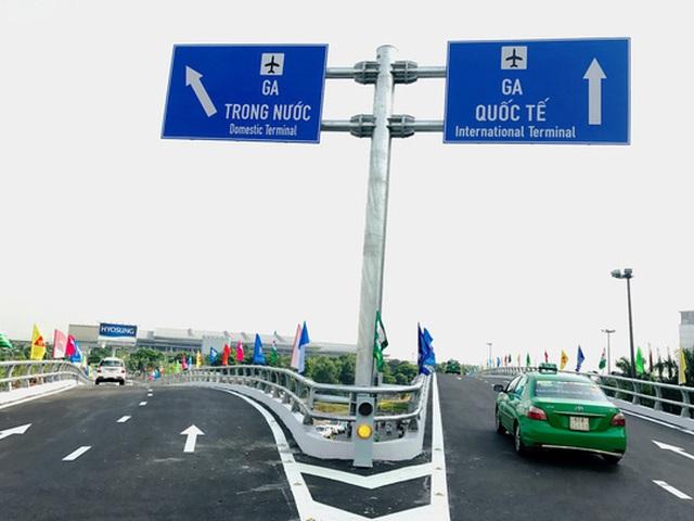Hai nhánh cầu dẫn vào ga quốc nội và quốc tế của sân bay Tân Sơn Nhất