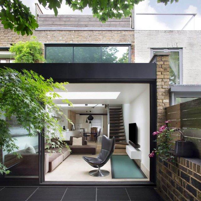 Không gian tầng 1 được chỉ dành để bố trí phòng khách và bếp. Thay vì bức tường gạch bí bách, chủ ngôi nhà này đã sử dụng hệ thống cửa kính trượt giúp có thể mở rộng tối đa.