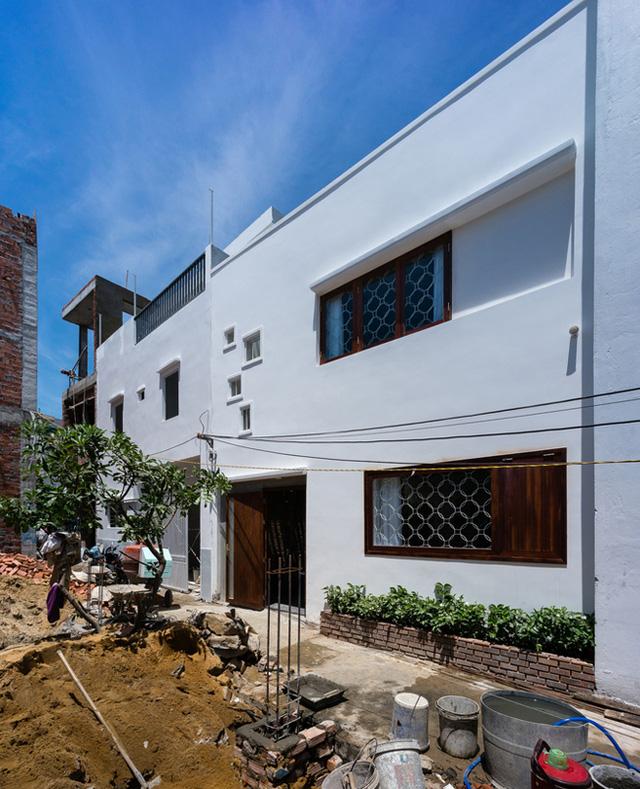 Ngôi nhà mới xây nằm trong 1 con hẻm nhỏ thuộc quận Sơn Trà (đô thị Đà Nẵng).