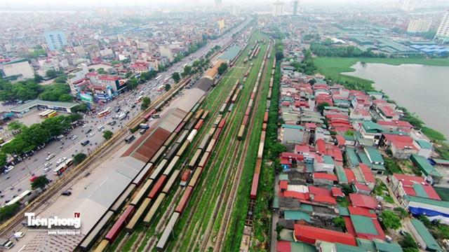Toàn cảnh khu vực ga Giáp Bát chạy song song có trục các con phố Giải Phóng (là ga Thứ nhất phía Nam thủ đô, giáp giới gần nhất có ga Hà Nội) nhìn từ trên cao.