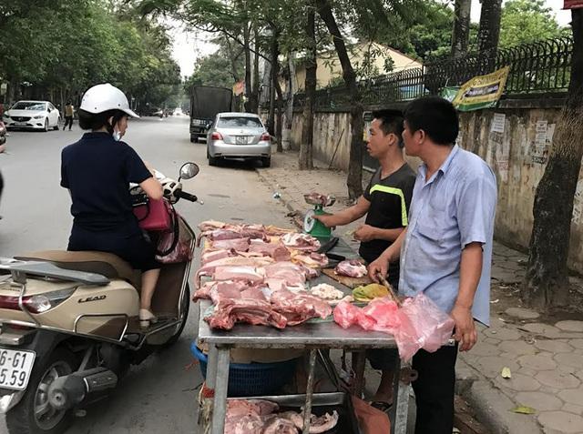 Giá rẻ, không có người mua thịt lợn được bày phân phối khắp những vỉa hè