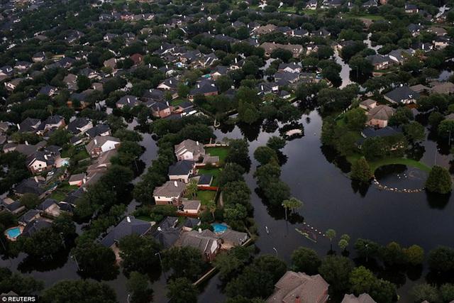 Cả một vùng tại Tây Bắc Houston ngập trong biển nước lũ