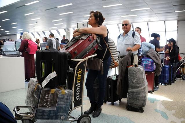 Người dân và du khách đang gấp rút sơ tán khỏi bang Florida để tránh bão Irma. Ảnh: Bloomberg