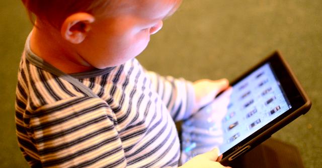 Nhiều bậc phu huynh giờ toàn cho con mình chơi iPad để cho đám trẻ khỏi quấy.