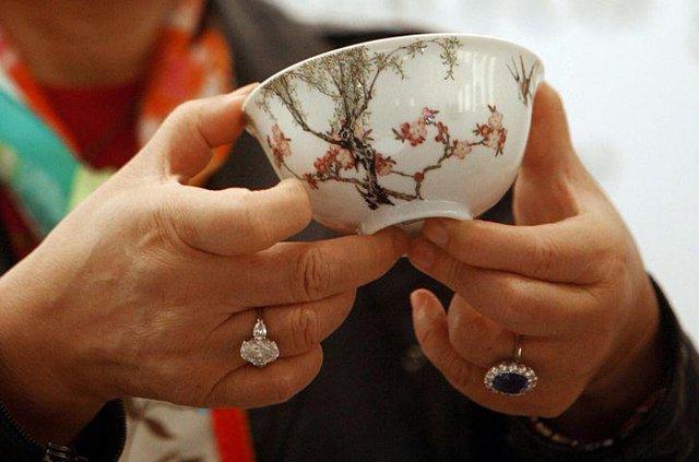 Một chiếc bát sứ nhỏ của có thể được bán cả triệu đô: Điều gì làm nên mức giá ngất ngưởng của gốm sứ Trung - Ảnh 2.