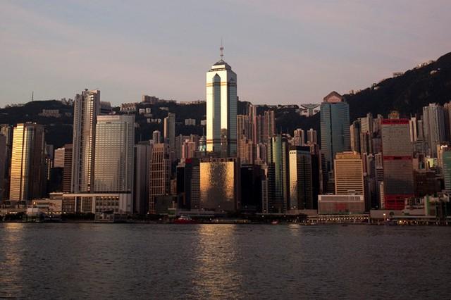 Tòa nhà The Center có 73 tầng và tọa lạc tại trung tâm kinh doanh của Hồng Kông. Công trình được thiết kể bởi Dennis Lau & Ng Chun Man thuộc Architects & Engineers (HK) Ltd; thi công xây dựng bởi Maunsell AECOM group và Paul ITC.