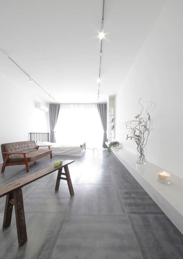 Việc sử dụng tông màu trắng tinh khiết cộng kiến trúc hoàn toàn mở khiến căn hộ chung cư nhỏ phát triển thành thoáng rộng không ngờ.