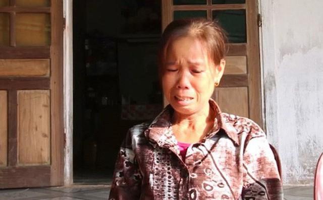 Cô giáo Trương Thị Lan đã ngất xỉu khi nhận quyết định hưởng lương hưu với mức 1,3 triệu đồng/tháng.