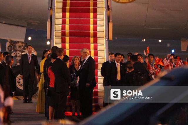 Tổng thống Mỹ bắt tay phái đoàn ra đón tại sân bay