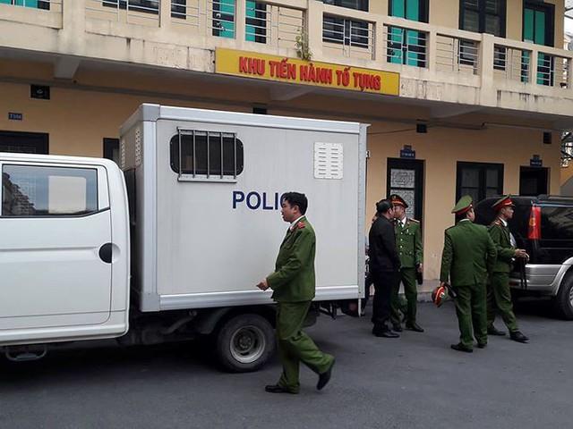 Ông Phan Minh Nguyệt được dẫn giải tới tòa.