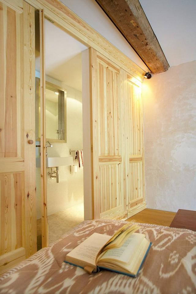 Khu vực sau cánh cửa gỗ còn có cả một nhà vệ sinh nhỏ vô cùng thuận tiện cho chủ nhà.
