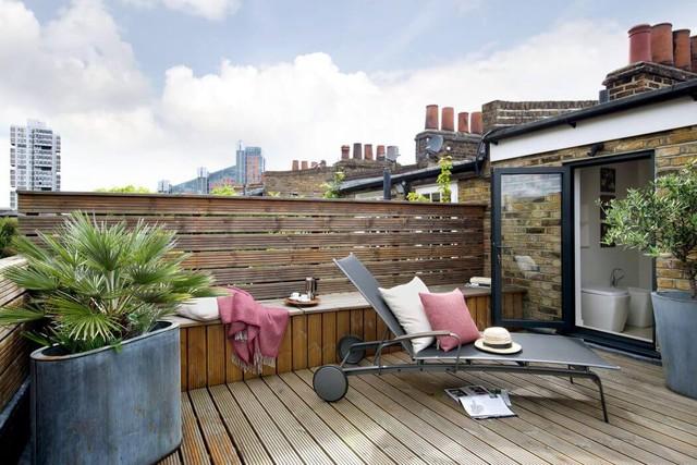 Một chiếc ghế dài phơi nắng đặt cạnh bệ gỗ cộng tách cà phê khiến ta liên tưởng đến không gian của 1 khu resort.