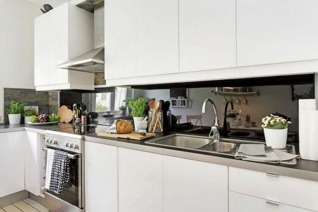 Không gian bếp ăn tuy nhỏ nhưng được thiết kế vô cộng đẹp và tiện cho sinh hoạt. Hệ thống tủ kệ khép kín làm hài lòng không gian trữ đồ cho chủ nhà.