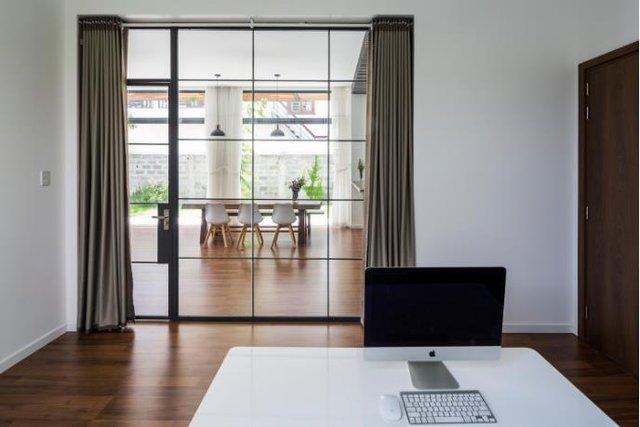 Để không đánh mất tính riêng tư và có thể hòa mình vào hoạt động chung của mọi thành viên, căn phòng thư giãn được thiết kế với khung kính trong suốt.