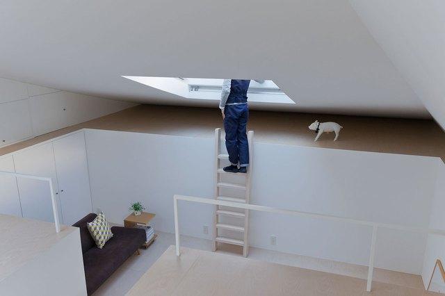 Không gian tiếp khách được kiến trúc thấp hơn hẳn so có mặt sàn bếp tuy nhiên không bởi thế mà tầm nhìn bị hạn chế nhờ 1 khung cửa kính lớn trên trần.