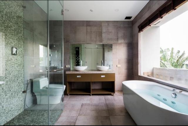 Nhà tắm rộng, sạch thoáng với cửa sổ lớn nhìn ra ngoài.