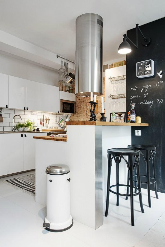 Phong cách tối giản và hiện đại cũng được sử dụng khéo léo trong cách lựa chọn nội thất nhà bếp.