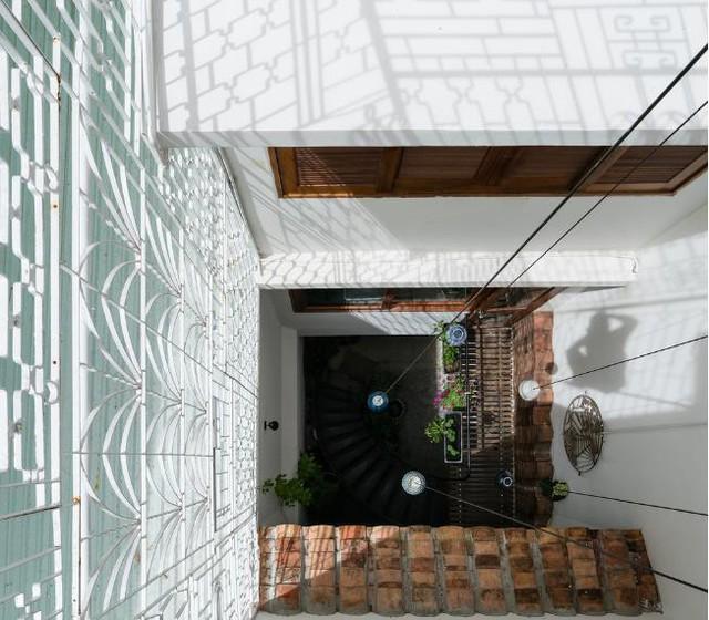 Khoảng giếng trời lý tưởng được thiết kế ấn tượng với những bóng đèn thả dài xuống tận tầng 1.
