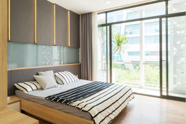 Từ trong phòng có thể phóng tầm mắt ra ngoài qua khung cửa kính rộng mở.