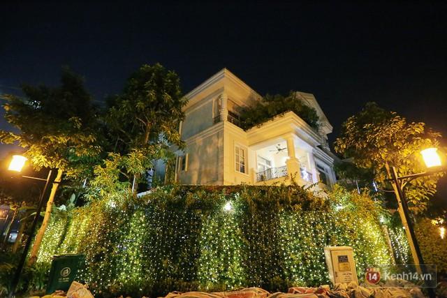 Chủ nhân biệt thự này đã mạnh tay lắp đèn hàng rào bao quanh nhà.