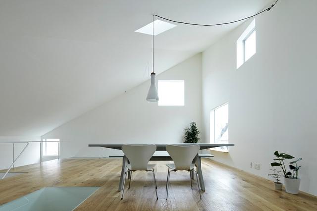 Tầng 2 là khu vực phòng khách và bếp ăn rộng lớn với view nhìn ra bên ngoài tuyệt đẹp.