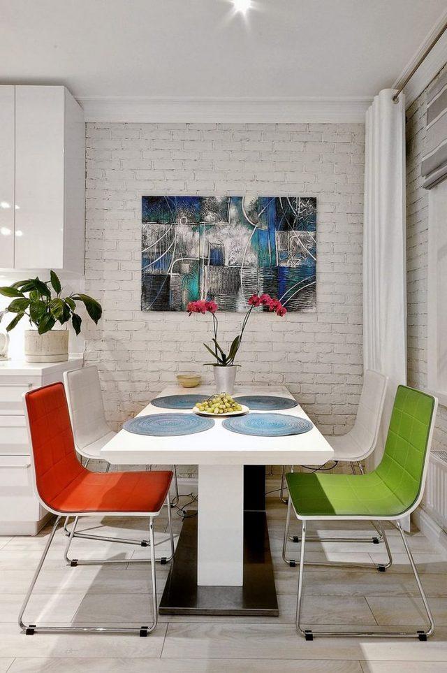 Góc ăn uống được bài trí tuyệt đẹp có cây xanh, hoa và những chiếc ghế nhiều màu.