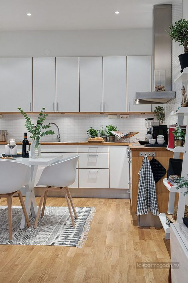 Nội thất nơi bếp nấu được chọn lọc theo tiêu chí dễ làm, tiện dụng. Hệ thống tủ kệ khép kín giúp khu bếp gọn gàng và ngăn nắp hơn.