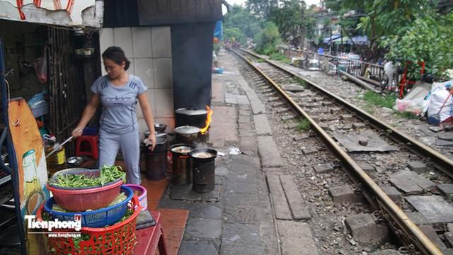 Hàng cơm giá tốt ngay cạnh các con phố tàu, đoạn song song có phố Phùng Hưng.