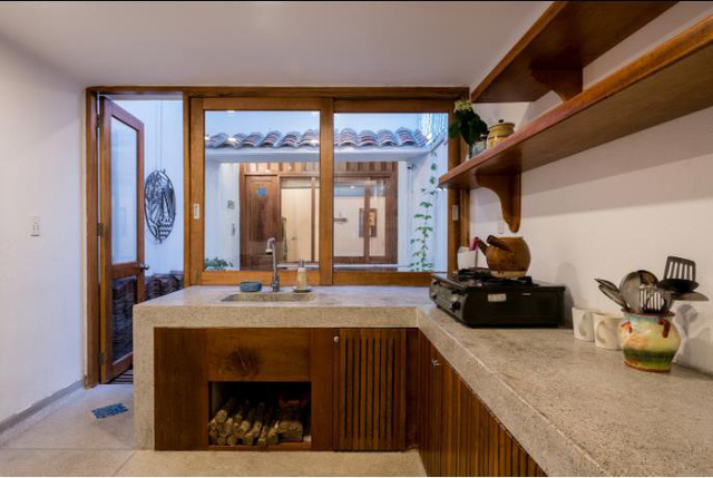 Phòng bếp thoáng sáng cạnh giếng trời và được thiết kế đơn giản nhưng vô cùng sạch sẽ và thuận tiện.