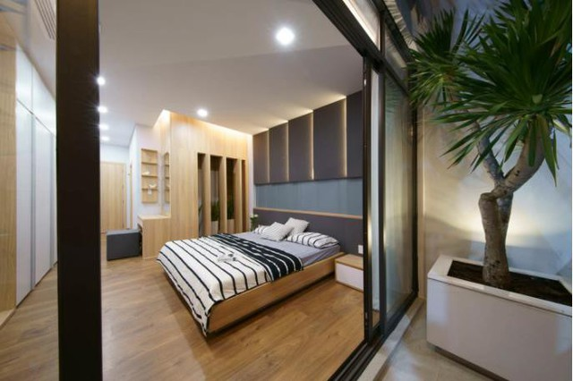 Hệ thống tủ gỗ âm tường được trang bị trong phòng giúp không gian trở nên vô cùng gọn gàng, ngăn nắp.