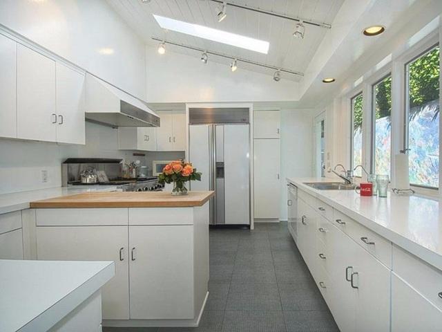 Khu vực nhà bếp rộng thoáng và vô cùng tiện dụng.