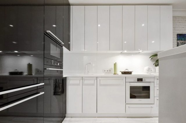 Hầu hết phòng bếp được bài trí gam màu sáng chủ đạo, vừa tạo sự sạch sẽ, vừa giúp căn bếp có vẻ rộng hơn.