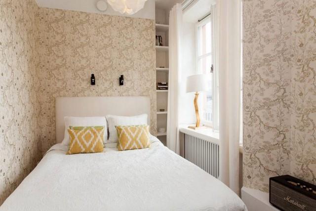 Phòng ngủ tuy nhỏ, nhưng nó khá thoáng sáng và mát mẻ vì được đặt cạnh cửa sổ.