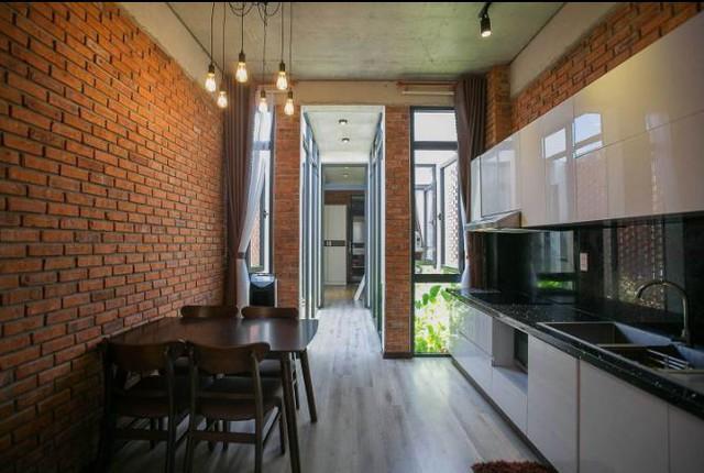 Ngay bên cạnh là khu vực bếp và bàn ăn thoáng sáng và sạch bóng.
