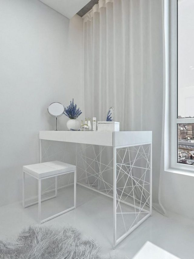 Bộ bàn ghế nhỏ có kiểu dáng lạ mắt trắng muốt được đặt nơi góc nhà.