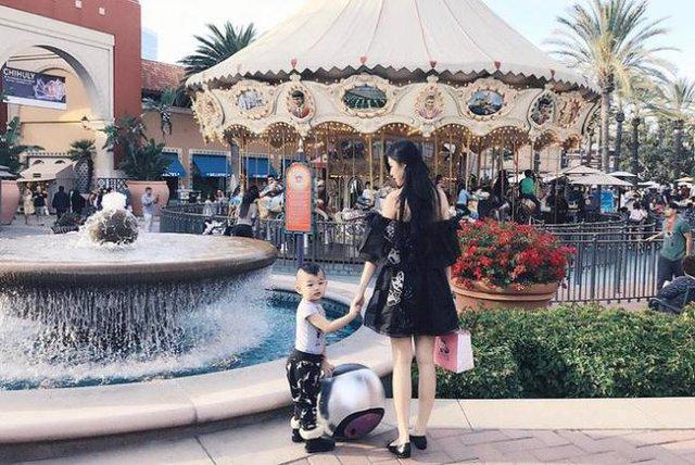 2 mẹ con ton-sur-ton đi du lịch khắp thế giới.