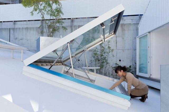 Những khung cửa kính trên mái nhà khi cần sẽ được mở ra để đâyn nắng gió cho khắp không gian.