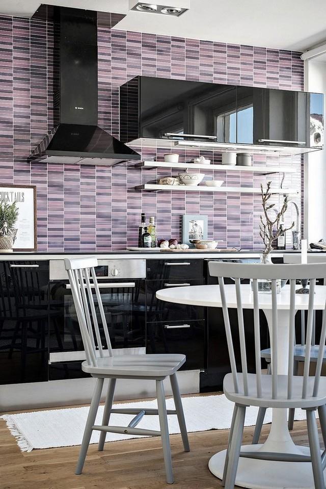 Ngoài hệ thống tủ khép kín, gian bếp này còn được có thêm hai kệ mở để đồ dễ dàng cho 1 số vật dụng phòng bếp.