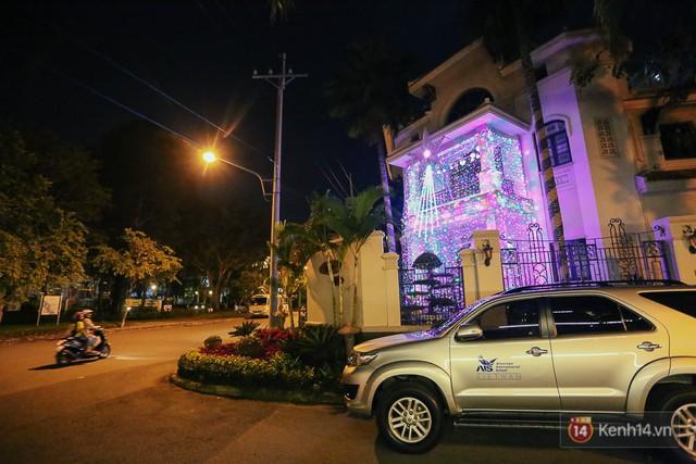 Không khí Noel tràn ngập khắp khu phố nhà giàu Phú Mỹ Hưng.