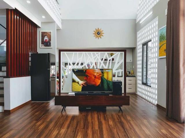Bếp và phòng khách được bố trí chung một không gian thoáng sáng.