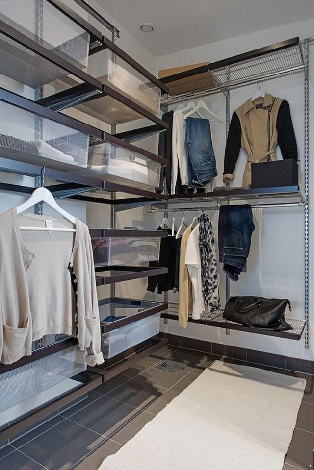 Bên cạnh là phòng thay đồ và hệ kệ tủ để quần áo được sắp xếp gọn gàng, ngăn nắp.