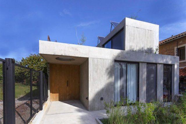 Không chỉ gần gũi môi trường xung quanh, trên mái ngôi nhà còn được có hệ thống pin năng lượng mặt trời cung cấp điện cho hệ thống đun nước nóng, thông gió và điều hòa không khí cho tất cả không nhà.