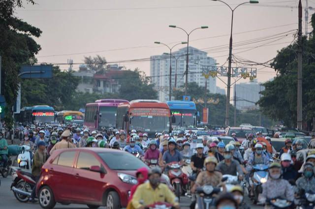 Hà Nội: Tắc khắp ngả, đông nghẹt bến xe trước nghỉ lễ  - Ảnh 14.