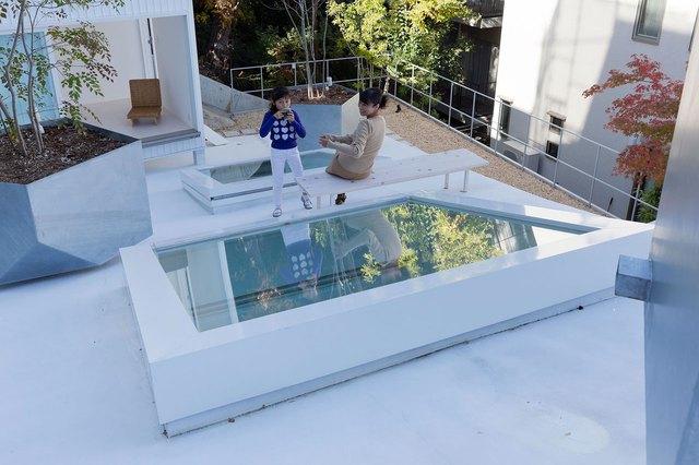 Góc vui chơi hoàn hảo và có thể tiện lợi quan sát mọi vận hành nội khu ngôi nhà thông qua cửa kính.