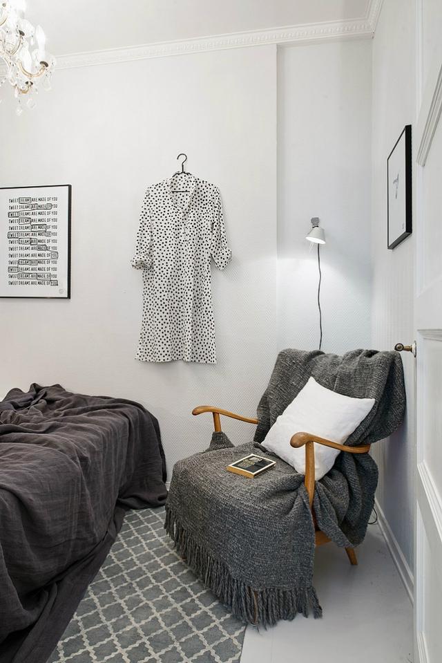 Phòng ngủ được thiết kế khá đơn giản với hai gam màu chủ đạo là đen và trắng.