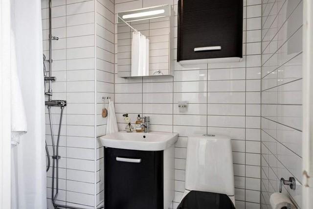 Nhà vệ sinh sang trọng và tiện nghi được ốp gạch trắng từ sàn đến trần nhà.